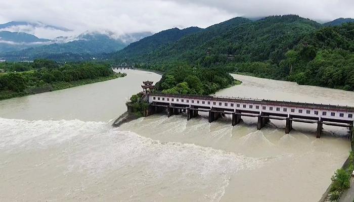 航拍洪流中的千年水利工程——都江堰