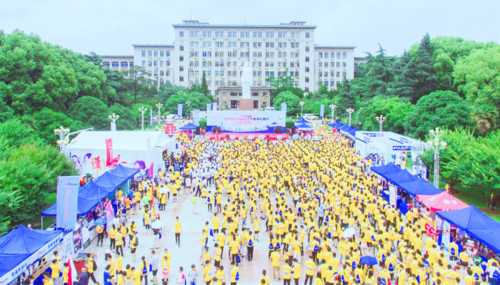 華中科技大學長跑節激情開跑 場面壯觀