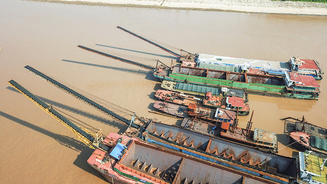航拍湖北荊州非法採砂涉案船舶監管點