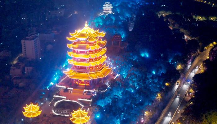 武漢長江燈光秀點亮國慶長假