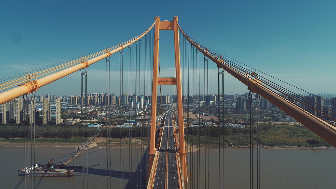 航拍長江上首座雙層公路大橋通車