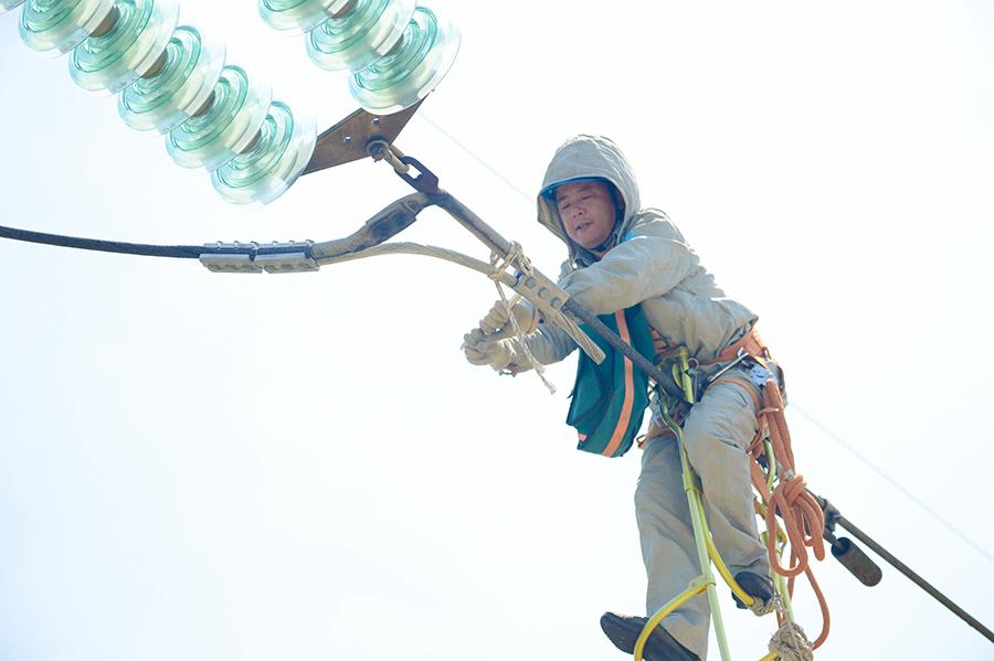 """【""""飛閱""""中國】高溫下的野外帶電消缺作業"""