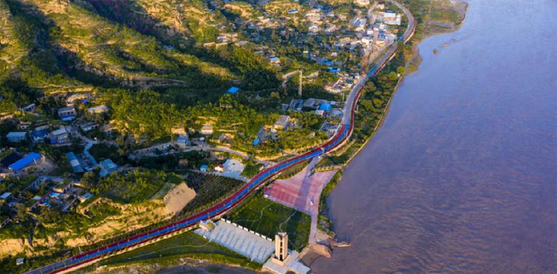 """【""""飛閱""""中國】航拍黃河旅遊公路:山、水、路美成畫卷"""