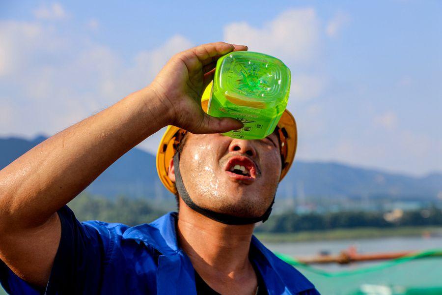 """【""""飛閱""""中國】建設者,你們是烈日下最美的風景線"""