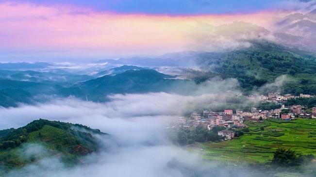 """【""""飛閱""""中國】無人機""""漫步""""雲端 俯瞰從化桂峰山"""